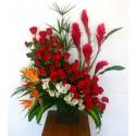 Diseño con rosas rojas y flores tropicales